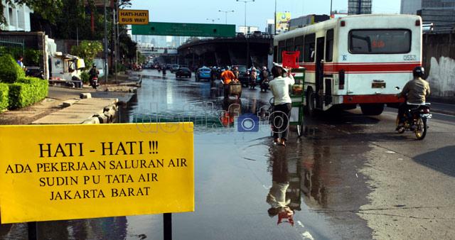 Genangan Air Ganggu Separuh Badan Jalan