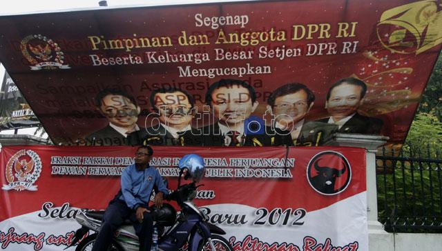 Poster Pimpinan DPR Tumbang