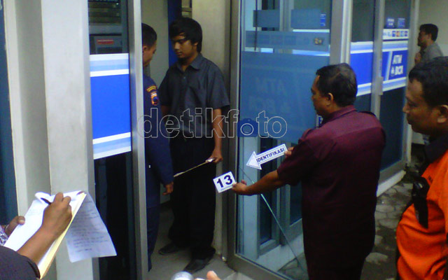 Reka Ulang Perampokan Mobil Pengisi ATM