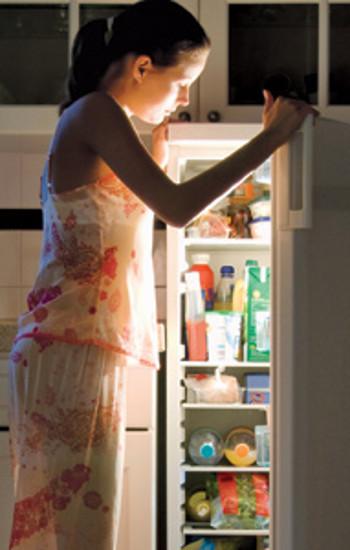 Benarkah Makan Tengah Malam Bikin Gemuk?