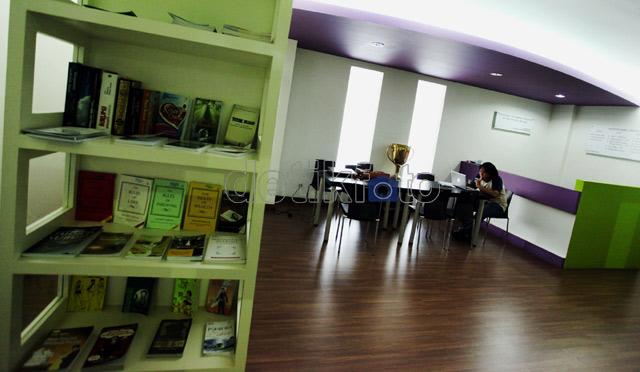 Ruangan perpustakaan terlihat nyaman untuk para atlet yang hendak