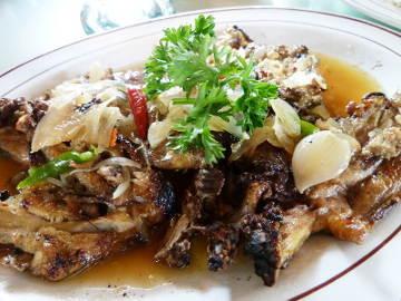 Makan Ayam Pecak di Saung yang Sejuk