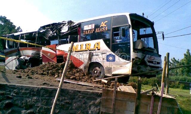 Bagian depan dan sing kanan bus jurusan surabaya-yogyakarta itu