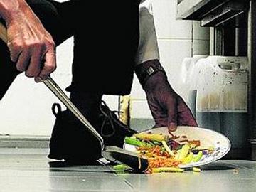 Belum 5 Menit! Makanan Jatuh di Lantai Aman Dimakan?