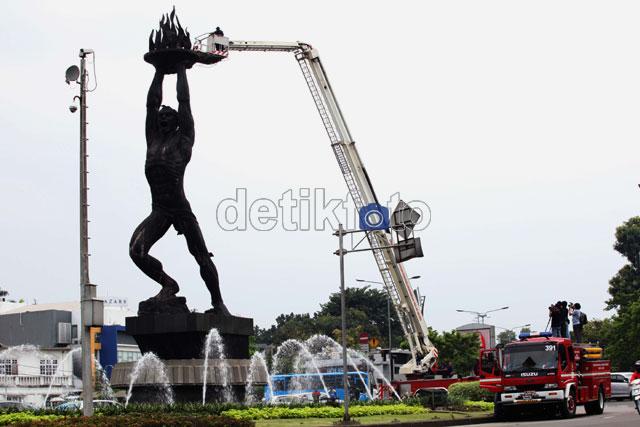 Beginilah Kalau Patung Pemuda Dimandikan