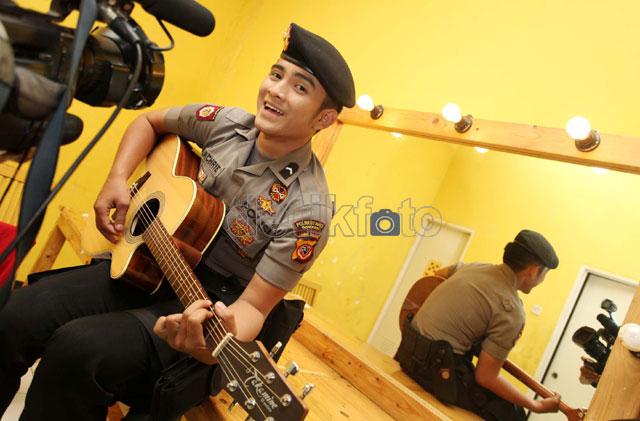 Polteng Bripda Saeful Bahri Unjuk Kebolehan Main Gitar