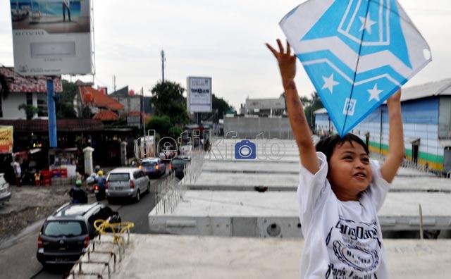 Dasar Anak-anak, Jalan Layang pun Jadi Lahan Bermain
