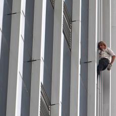 Alain 'Spiderman' Robert Panjat Gedung Bakrie Tower  Alain_luar