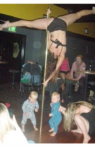 Sepuluh Kelakuan Orangtua Terkonyol di Dunia - striptease