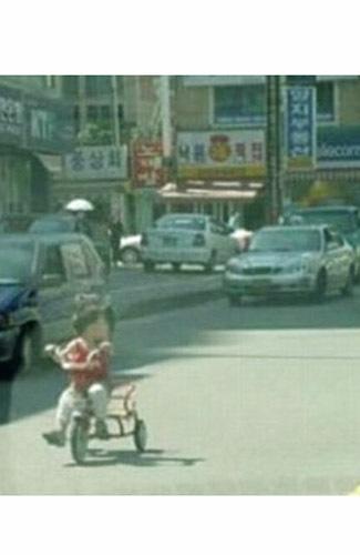 Sepuluh Kelakuan Orangtua Terkonyol di Dunia - bersepeda dijalan raya