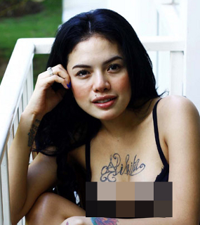 ... berada di dadanya artis kelahiran 17 maret 1986 itu beralasan tattoo