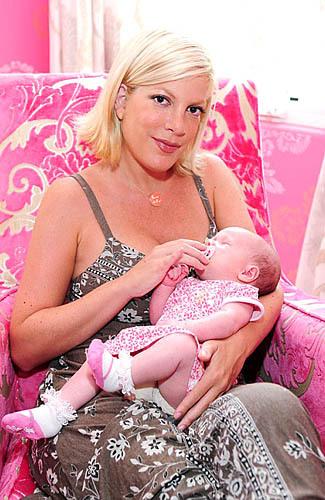 foto puting dan payudara selebritis yang tertangkap kamera ketika menyusui anaknya