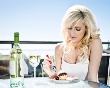http://images.detik.com/content/2012/04/23/1135/180741_womaneatcake.jpg