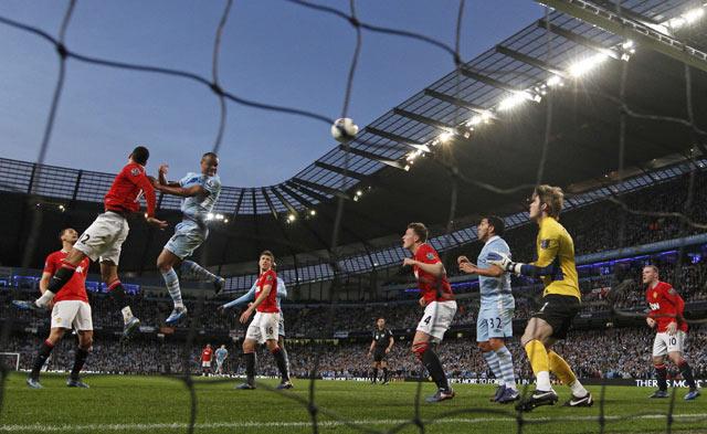 Satu-satunya gol dalam laga ini tercipta pada penghujung babak pertama. Kapten City, Vincent Kompany, jadi pahlawan lewat golnya. REUTERS/Darren Staples.