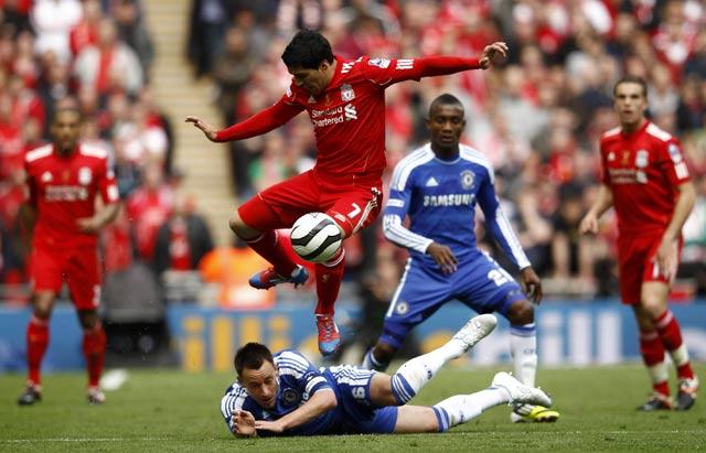 Luis Suarez berusaha melewati John Terry dalam laga yang digelar di  New Wembley. Reuters/Eddie Keogh.