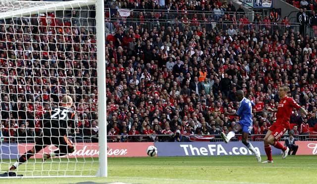 Ramires melepaskan tembakan yang berbuah gol ke gawang Liverpool di menit ke-11. Reuters/Phil Noble.