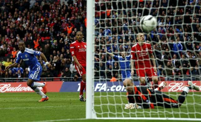 Didier Drogba menambah keunggulan untuk Chelsea di menit ke-52. Reuters/Eddie Keogh.