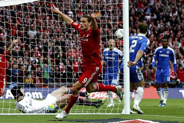 Andy Carroll merayakan gol yang dicetaknya. Dalam laga ini, Carroll berhasil memperkecil kedudukan di menit ke-64. Reuters/Phil Noble.