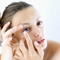 10 Kebiasaan Jelek yang Bisa Bikin Infeksi si Pemakai Kontak Lensa