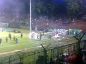 kerusuhan-sepakbola-persebaya-vs-persija-3-juni-2012-di-stadion-gelora-10-november-tambaksari-surabaya