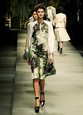 Model Kebaya Modern Biyan Wanaatmadja Kombinasi Terbaru