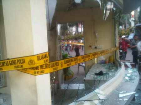 http://images.detik.com/content/2012/06/18/10/rusuh-batam.jpg