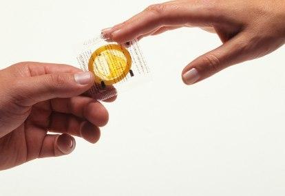 seo-efek-negatif-legalisasi-kondom-bagi-remaja-ABG-http://images.detik.com/content/2012/06/25/10/kondom2tsdpn.jpg