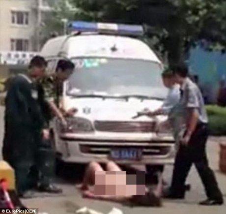 chinaaadlm Wanita China Tabrak 2 Orang Lalu Bugil Depan Ambulans