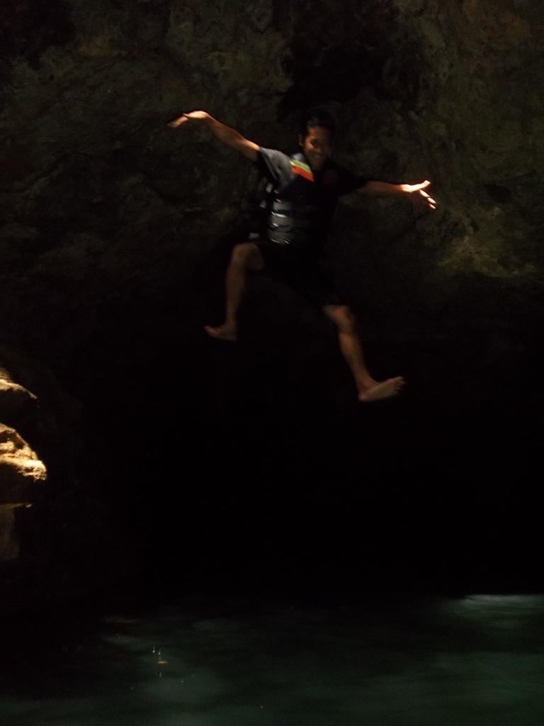 ada batu 39 pria perkasa 39 tetesan air awet muda di gua