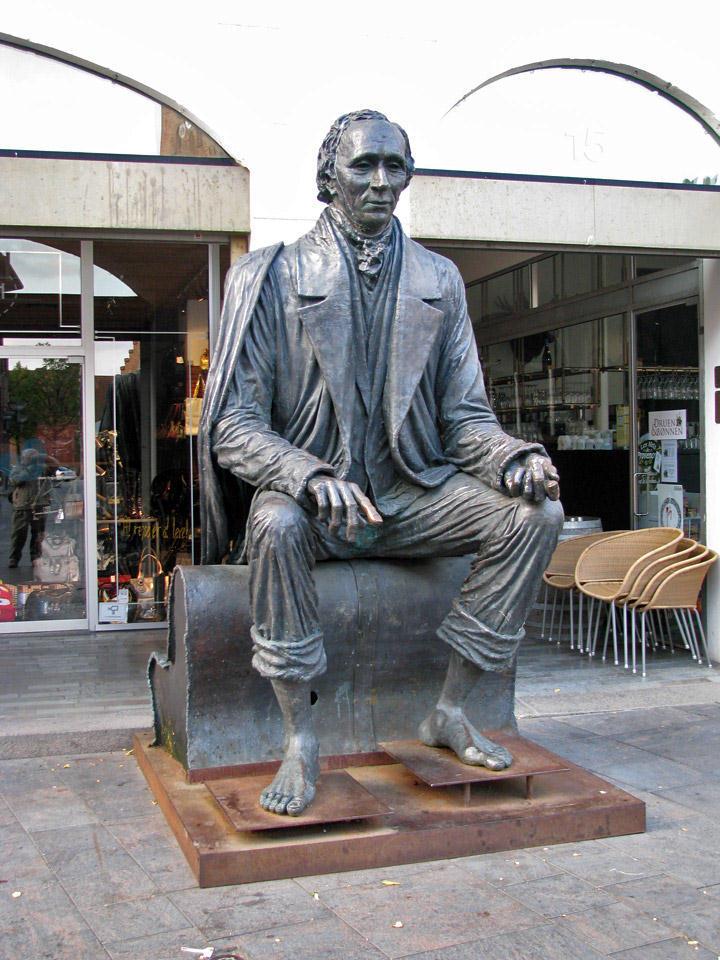 Patung Hans Christian Andersen di Kota Odense, Denmark (thetourexpert.eu)