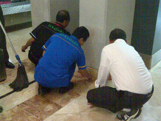Pak Menteri Dahlan Iskandar Membersihkan Lantai WC Bandara
