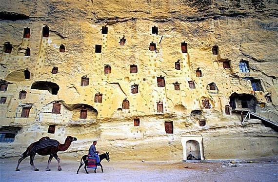 Unik, Desa Ini Berada Dalam Tebing Batu [ www.BlogApaAja.com ]