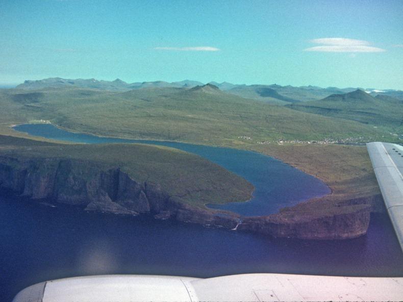 mememiliki keindahan yang luar biasa selain indah danau ini juga mempunyai keunikan yakni d Danau Leitisvatn, Danau di Atas Danau