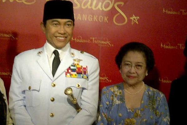 Megawati Soekarnoputri meresmikan patung Bung Karno (dok PDIP) - www.jurukunci.net
