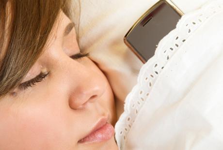 Suka Tidur Membawa Ponsel, Penyakit Ini Mengintai Anda