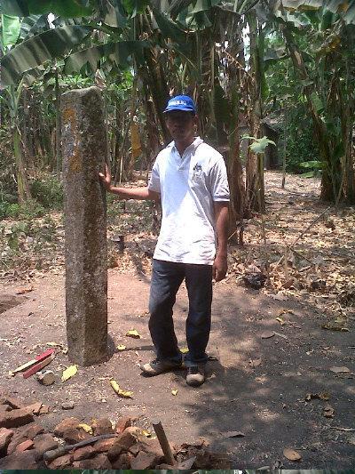 Batu Tegak Mirip Gunung Padang di Trowulan