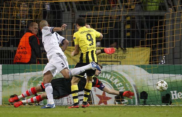 Bek Real Madrid, Pepe melakukan blunder yang membuat Dortmund mencetak gol kedua. REUTERS/Lisi Niesner.