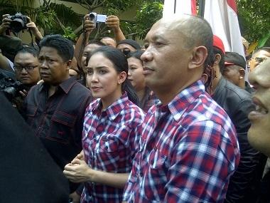 Rieke-teten Kampanye Pakai Kemeja Warisan Jokowi [ www.BlogApaAja.com ]