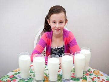 Gadis Ini Harus Minum Enam Liter Susu Setiap Hari