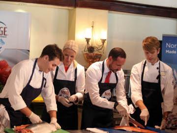 Promosikan Salmon, Pangeran Norwegia Bikin Sashimi