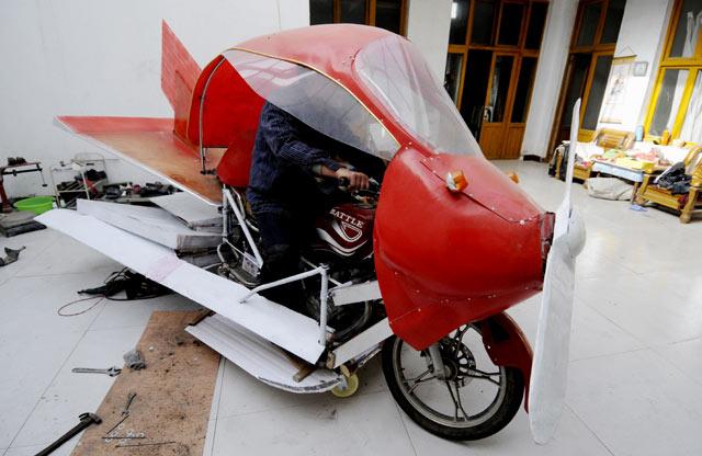 Seorang Petani China Edan Membuat Pesawat