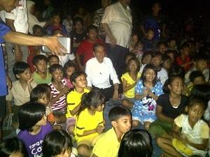 Pak Jokowi Ditengah Tengah Masyarakat Nonton Bareng Timnas lawan Malaysia
