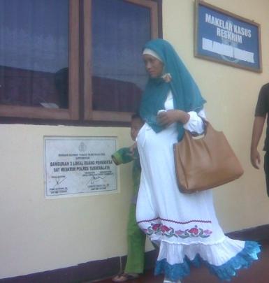 Fitriani Wulan, istri anggota DPRD Tasikmalaya yang melaporkan suaminya ke BK DPRD Kabupaten Garut karena ditelantarkan