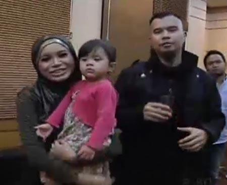 Ahmad Dhani terlihat menggendong balita perempuan di acara 'X Factor ...