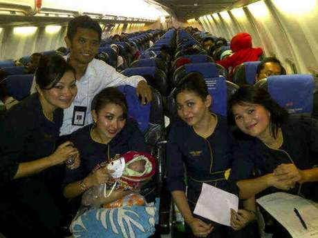 Anak Ketiga Lahir di Pesawat, Anak Kedua Lahir di Angkot