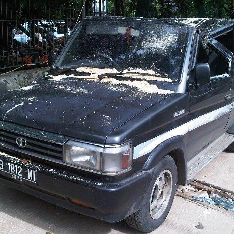 Tertimpa Pohon Tumbang, Mobil Kijang Rusak Parah