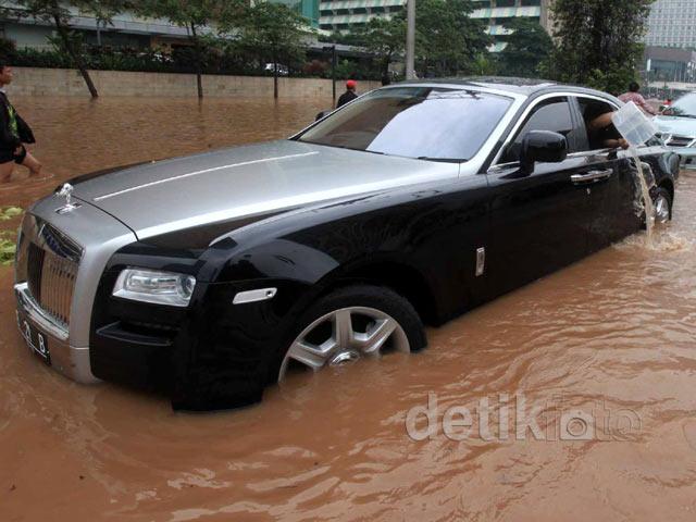 Mobil Super Mewah Rolls-Royce Terjebak Banjir