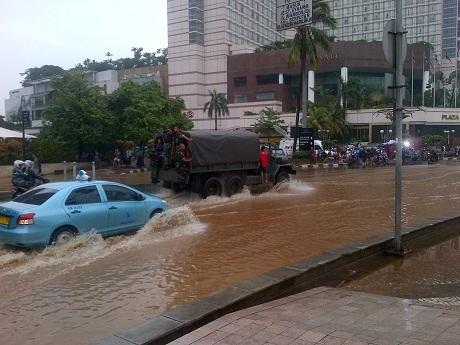 FOTO TERKINI BANJIR 2013 JAKARTA JL THAMRIN-SUDIRMAN