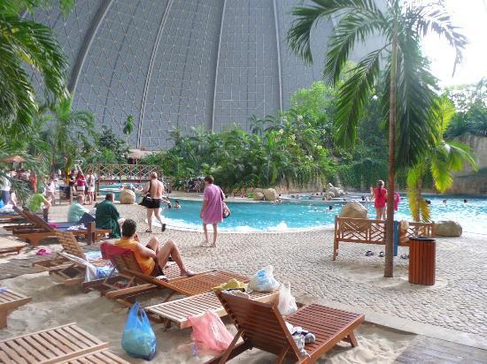 Hanggar Pesawat Disulap Menjadi Resor Pulau Tropis