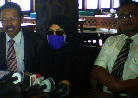 (FOTO) JUMPA PERS PELAPOR RAFFI AHMAD KE BNN Wanita Berinisial 'R' Beber Bukti Laporkan Raffi Ahmad ke BNN